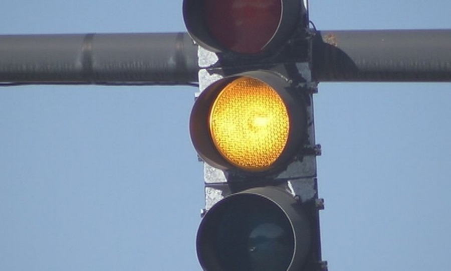 Само у једној ситуацији смете да прођете семафор на жуто, а да не направите прекршај!