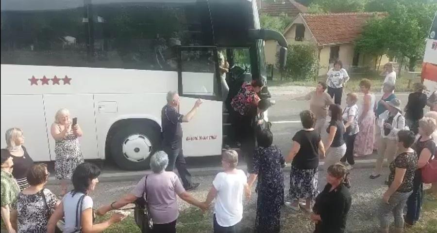 Поновљена блокада пута, за време чекања у колони путници заиграли коло