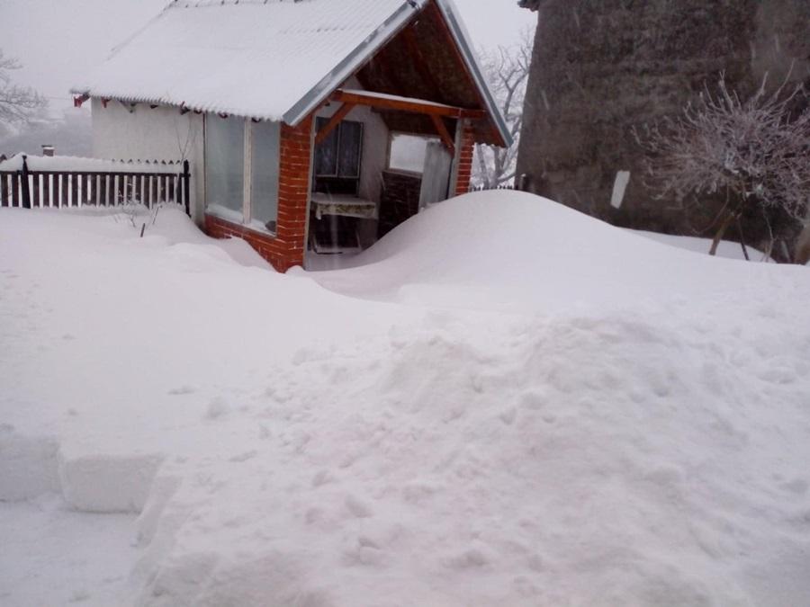 Снег оковао села под Рудником, деца нису отишла у школу